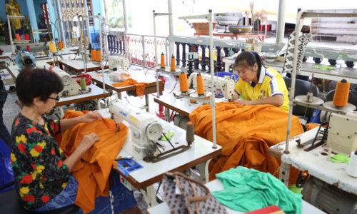 Ряса из бутылок: монастырь перерабатывает пластик в монашеские одеяния
